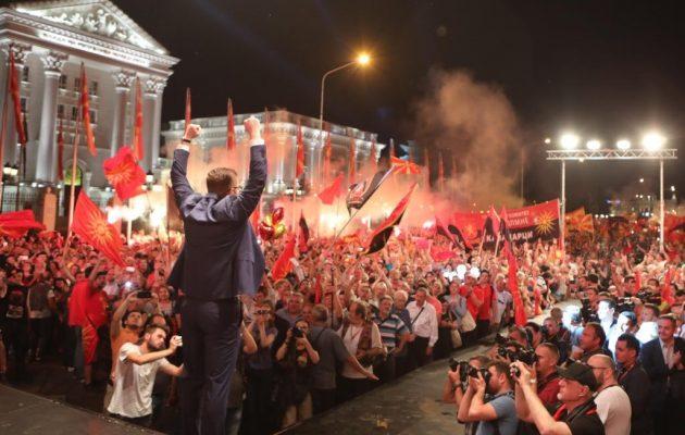 Χιλιάδες διαδήλωσαν στα Σκόπια για το όνομα με σύνθημα «Η Μακεδονία θα κερδίσει»