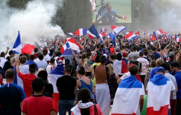 Παρίσι: Ξέφρενοι πανηγυρισμοί για την κατάκτηση του Μουντιάλ (φωτο)
