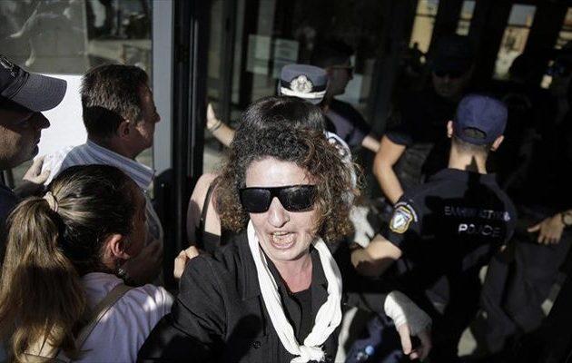 Η μάνα της Δώρας Ζέμπερη ζητά συγγνώμη από τους αστυνομικούς για το ξέσπασμα πάνω τους