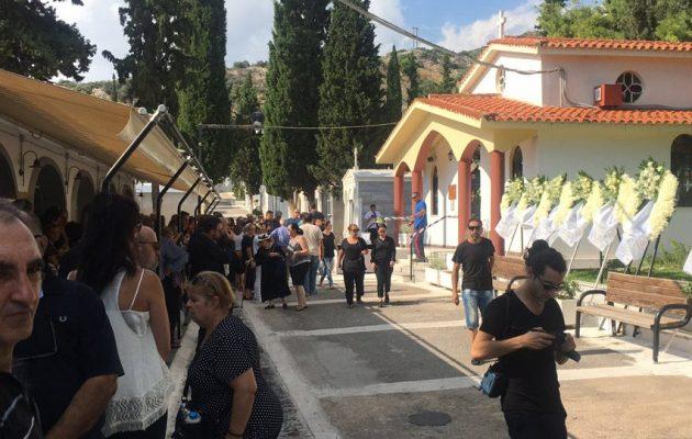 Θρήνος στην κηδεία του 15χρονου αυτόχειρα μαθητή στην Αργυρούπολη