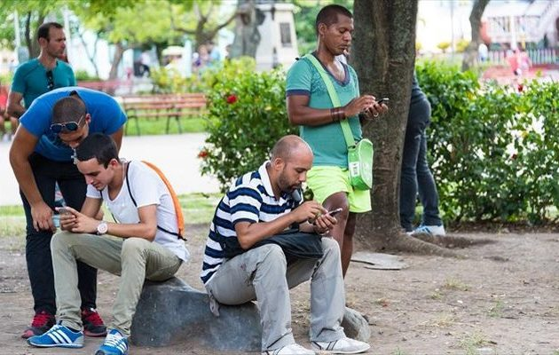 «Οn line» επανάσταση: H Κούβα άναψε πράσινο φως για Ίντερνετ στα κινητά τηλέφωνα
