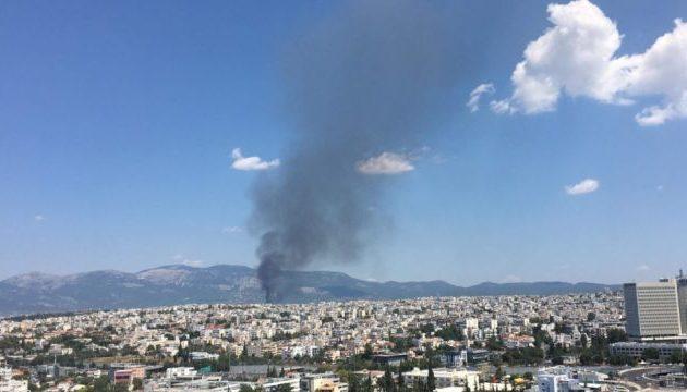 Μάχη με τις φλόγες στο Μενίδι – Πυρκαγιά επεκτάθηκε σε αποθήκη με εύφλεκτα υλικά
