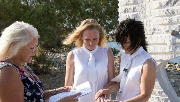 Στη Λέσβο έγινε ο πρώτος επίσημος γάμος μεταξύ δύο γυναικών