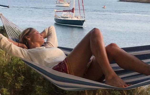 Η Τζένη Μπαλατσινού χαλαρώνει στην Πάτμο (φωτο)