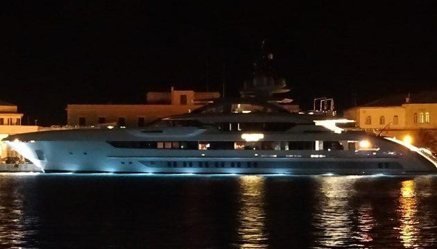 Πλωτό θηρίο που κόβει την ανάσα αξίας 820.000.000 ευρώ έδεσε στη Σύρο (βίντεο)