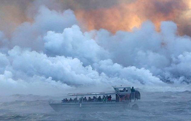 """Τουρίστες ήθελαν να θαυμάσουν ηφαίστειο και δέχθηκαν επίθεση από """"βόμβα"""" λάβας"""