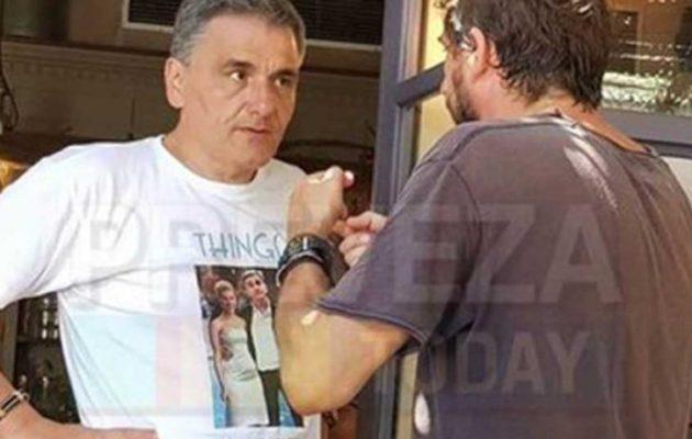 Τρολάρει τους επικριτές του ο Τσακαλώτος: Φόρεσε μπλουζάκι με τον ίδιο και τη Σκάρλετ Γιόχανσον (φωτο)