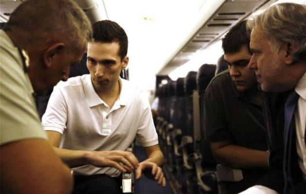 Απελευθέρωση Μητρετώδη-Κούκλατζη: Δείτε φωτογραφίες μέσα από το πρωθυπουργικό αεροσκάφος