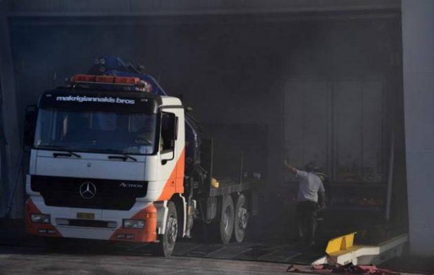 Καίει ακόμα η φωτιά στο πλοίο της ΑΝΕΚ – Τι λένε για το «μπατάρισμα» (φωτο)