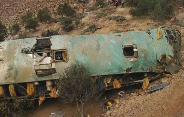 Περού: Τουλάχιστον 15 νεκροί σε πτώση λεωφορείου σε χαράδρα