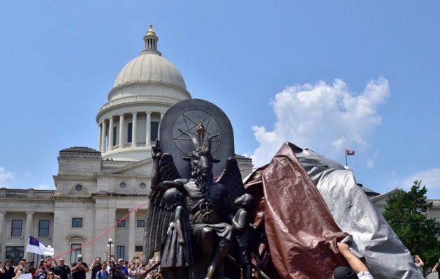 ΗΠΑ: Άγαλμα του Σατανά σε κυβερνητικό κτίριο στο Αρκάνσας