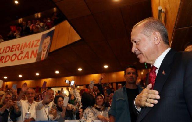 Ο Ερντογάν απείλησε τον Τραμπ ότι θα του κάνει «μάγια»: «Όποιον καταριόμαστε οι Τούρκοι δεν έχει καλά ξεμπερδέματα»