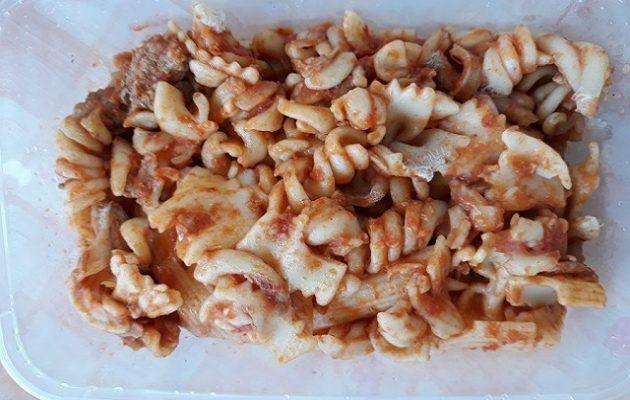 Οι κάτοικοι στο Μάτι καταγγέλλουν τον Δήμο Μαραθώνα για μουχλιασμένο φαγητό