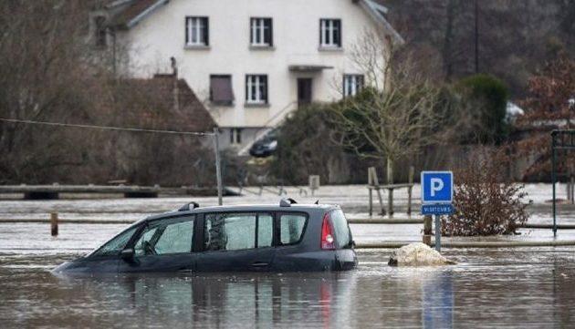 «Πνίγεται» η Γαλλία: Απομάκρυναν 1.600 άτομα με διασώστες-ελικόπτερα (βίντεο)