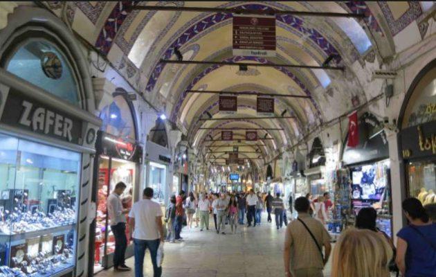 «Γιουρούσι» ξένων τουριστών στην Κωνσταντινούπολη – Αγοράζουν «μπιρ παρά» ό,τι βρουν