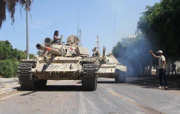 Η Λιβύη βυθίζεται στο χάος: Παραστρατιωτικές οργανώσεις με άρματα μάχης συγκρούονται στην Τρίπολη
