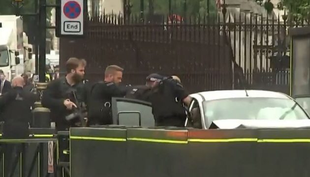 Συναγερμός στο Λονδίνο: Αυτοκίνητο έπεσε στις μπάρες του Κοινοβουλίου – Χτύπησε κόσμο (βίντεο)