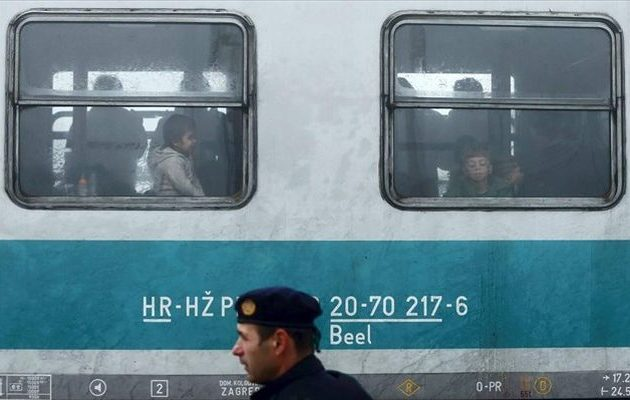 Πρόσφυγες παίζουν τη ζωή τους κορόνα γράμματα για να φθάσουν παράνομα με τρένα στη Γερμανία
