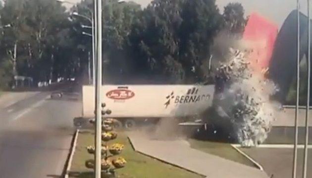 Τρομακτικό δυστύχημα: Nταλίκα πέφτει με ασύλληπτη δύναμη πάνω σε μνημείο (βίντεο)