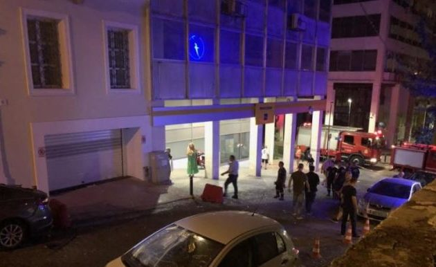 Ισχυρή έκρηξη στο κτίριο που στεγάζεται η ΔΟΥ Πειραιά – Σείστηκε ο τόπος