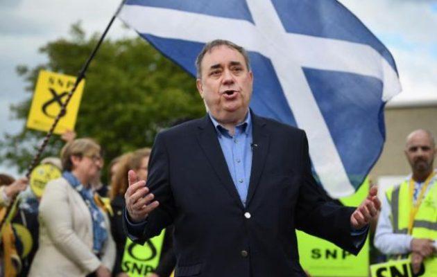 Ο πρώην πρωθυπουργός της Σκωτίας παραιτήθηκε από το κόμμα του εξαιτίας κατηγοριών για «σεξουαλικές επιθέσεις»
