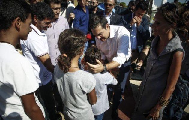 Δύο ώρες με τον κόσμο στο Μάτι ο Τσίπρας: Δε φεύγει κανείς μέχρι να αποκατασταθούν όλα (φωτο + βίντεο)