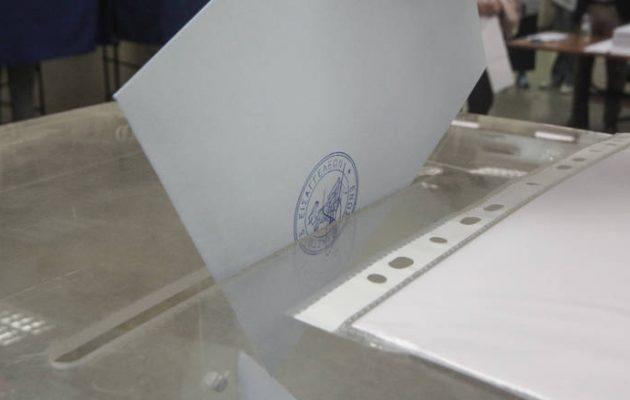 Νέα δημοσκόπηση: Ντέρμπι ΣΥΡΙΖΑ-ΝΔ και «θρίλερ» στις κάλπες