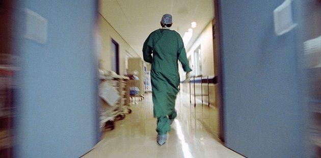 Γιατρός αυνανιζόνταν ενώ εξέταζε 25χρονη ασθενή