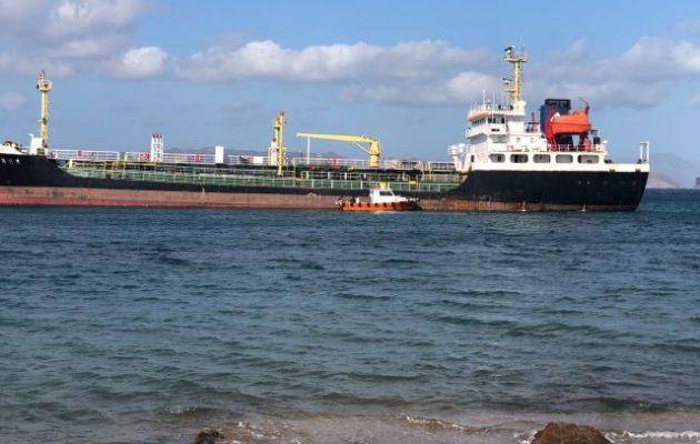 Αποκολλήθηκε το δεξαμενόπλοιο «FRES» που είχε προσαράξει στα αβαθή της Μήλου