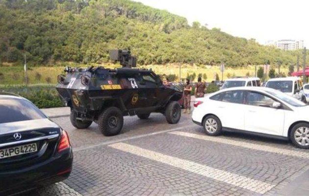 Συναγερμός στην Κωνσταντινούπολη για ένοπλο που εισέβαλε σε εμπορικό κέντρο (βίντεο)