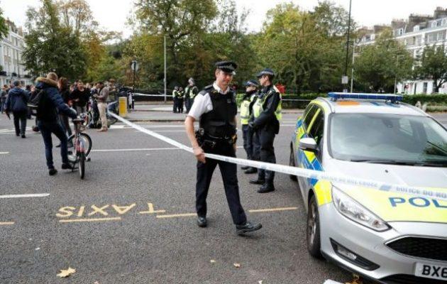 Αυτοκίνητο έπεσε πάνω σε πεζούς έξω από τέμενος στο Λονδίνο