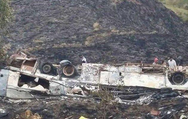 Iσημερινός: Βουτιά θανάτου λεωφορείου σε χαράδρα με 12 νεκρούς