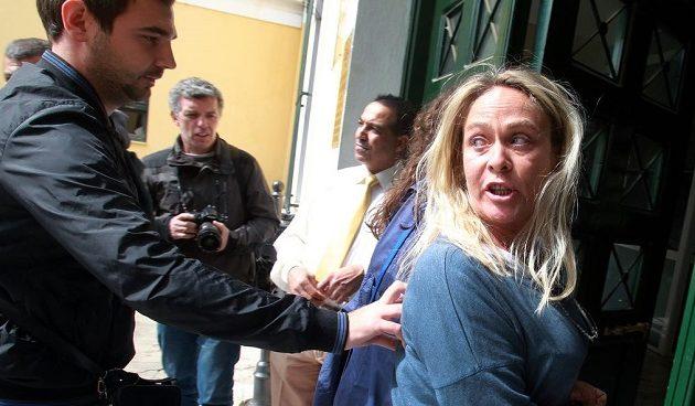 Καταδικάστηκε η πρώην υποψήφια της Χρυσής Αυγής Θέμις Σκορδέλη για το μαχαίρωμα Αφγανού