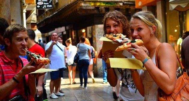 Aπίστευτο: Πρόστιμο έως και 500 ευρώ στους τουρίστες που τρώνε στο δρόμο