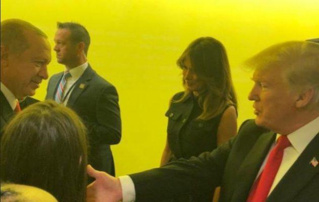 Ο Ερντογάν αφού αποχώρησε ενώ μιλούσε ο Τραμπ πήγε και του την «έστησε» στον διάδρομο (φωτο)