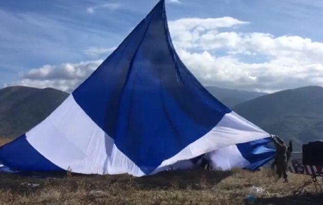 Ελληνική σημαία μεγαλύτερη από 1.100 τετραγωνικά μέτρα υψώθηκε στο Καλπάκι