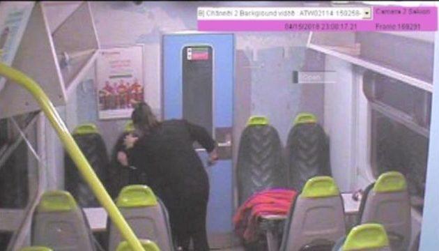 Της φώναζε «κοιμήσου κοριτσάκι» και την μαχαίρωνε μέσα στο τρένο (φωτο)
