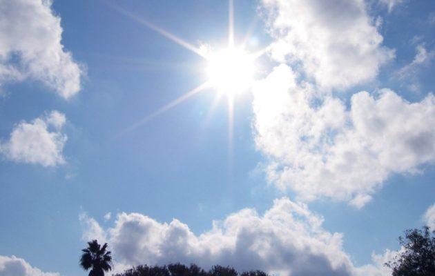 Καιρός: Ηλιοφάνεια και ασθενείς βροχές τη Δευτέρα