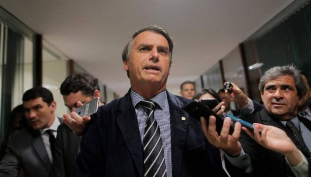 Ο ακροδεξιός υποψήφιος παραμένει ακλόνητο φαβορί για το β΄ γύρο των εκλογών στη Βραζιλία