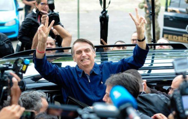 Ο ακροδεξιός Μπολσονάρου νίκησε στον α΄ γύρο των εκλογών στη Βραζιλία – Εκλέγει και δύο γιους του