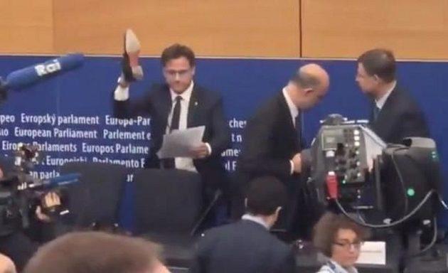 Ιταλός ακροδεξιός ευρωβουλευτής άρπαξε τα χαρτιά Μοσκοβισί και τα πάτησε με το παπούτσι του (βίντεο)