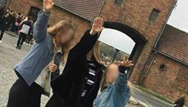 Σάλος στην Πολωνία με μαθήτριες που χαιρέτισαν ναζιστικά μπροστά στην πύλη του Άουσβιτς (φωτο)