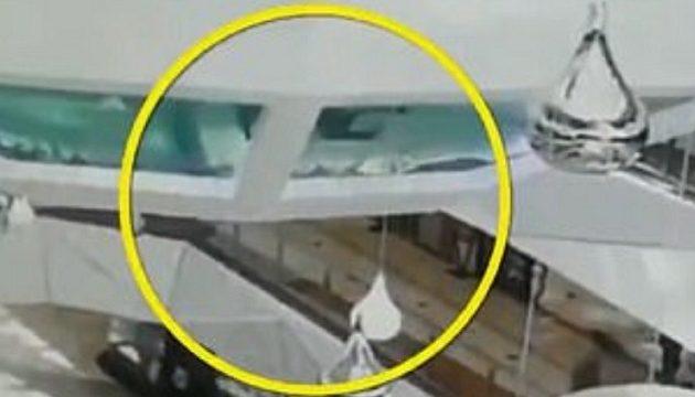 Γυναίκα πέφτει σε γυάλινη δεξαμενή με καρχαρίες σε εμπορικό κέντρο (βίντεο)