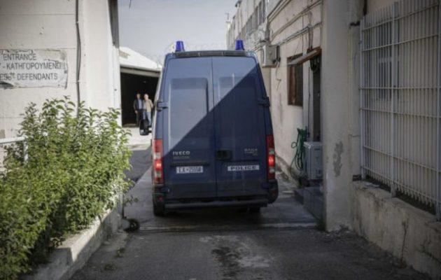 Πέρασαν την πόρτα της φυλακής Παπαντωνίου-Κουράκου – Σε ποια κελιά κρατούνται (βίντεο)