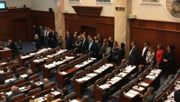 Ολονύχτιο θρίλερ: Ξεκίνησε η συζήτηση στη βουλή των Σκοπίων