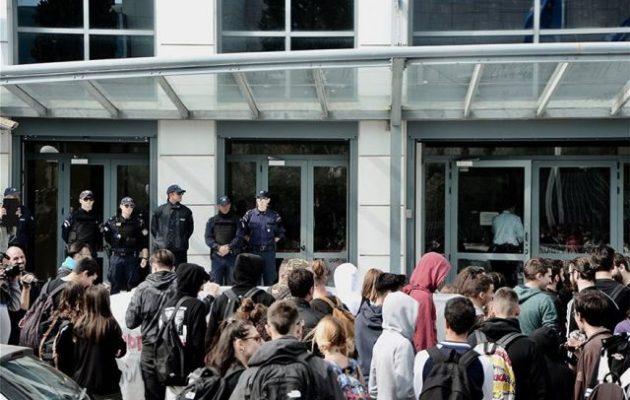 Μαθητές μπήκαν στο γραφείο του υπουργού Παιδείας Κώστα Γαβρόγλου