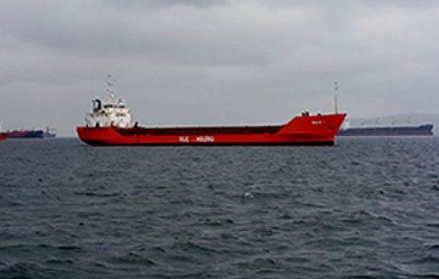 Στο κόκκινο ο συναγερμός για το φλεγόμενο «Kilic 1» – Σπεύδουν πυροσβεστικά πλοιάρια από Πειραιά-Κρήτη