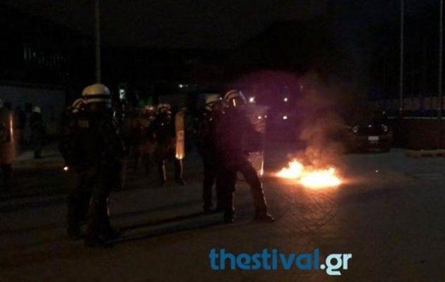 «Βροχή» οι μολότοφ σε Θεσσαλονίκη και Πάτρα (βίντεο)
