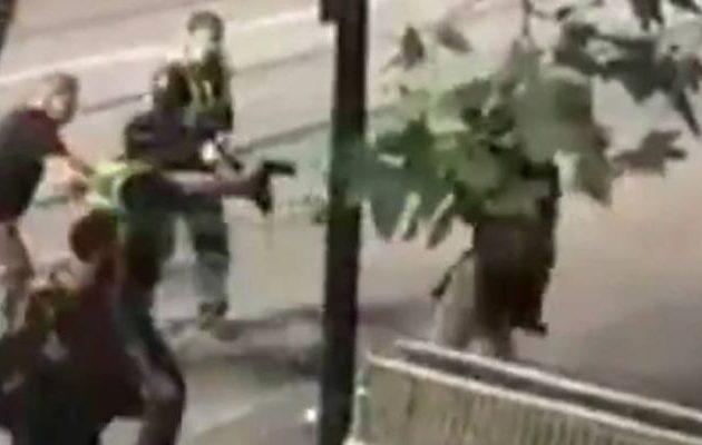 Άνδρας επιτέθηκε με μαχαίρι στη Μελβούρνη – Η στιγμή που τον πυροβολούν (βίντεο)