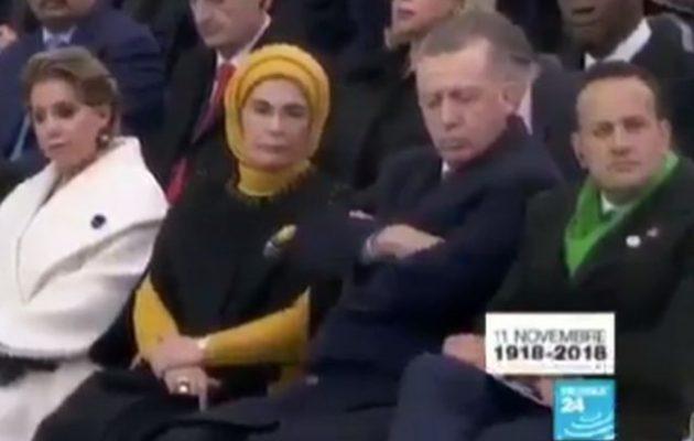 Πάλι κοιμήθηκε δημοσίως ο Ερντογάν – Αυτή τη φορά «τον πήρε» στην παρέλαση του Μακρόν (βίντεο)
